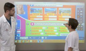 Prof. Ery orienta o aluno Gabriel Spiguel de Vicentes, do 6º ano em exercício na lousa eletrônica